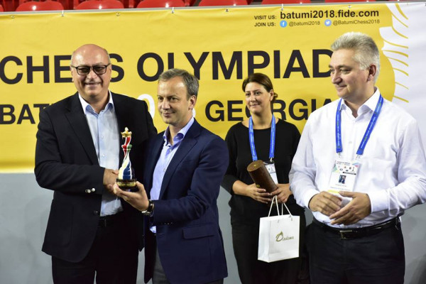 Zurab Azmaiparashvili's present to the new FIDE President